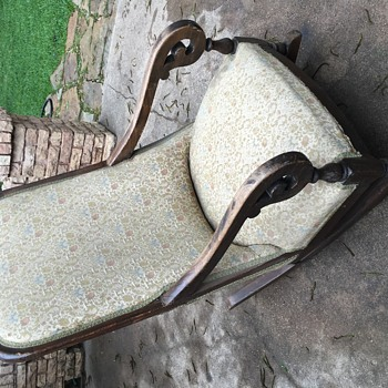 Need help identifying this rocking chair!