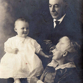 Lovely Vintage Family Photo, Of Baby  And Great-Grandparents.  LOVE EVERYWHERE! - Photographs