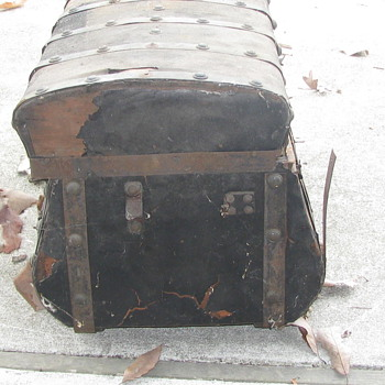 Jenny lind Trunk In bad need of repair - Furniture