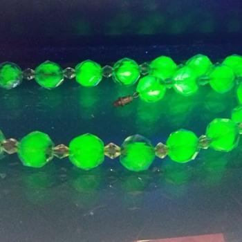 1930s bicolour faceted uranium glass necklace - Costume Jewelry