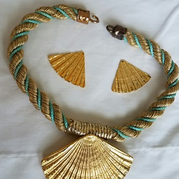 "Costume Fan/Shell ""Rope"" Necklace and Earrings - Costume Jewelry"