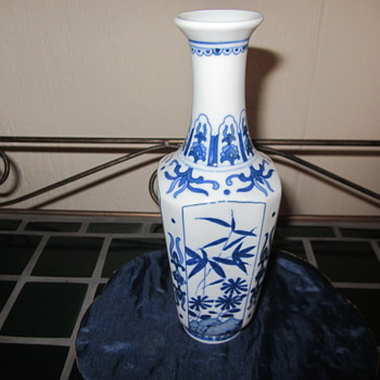 """Small 6 1/2 """" Chinese Blue white Vase Very Nice Details and Marked - Asian"""