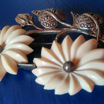 Daisies Brooch - Costume Jewelry