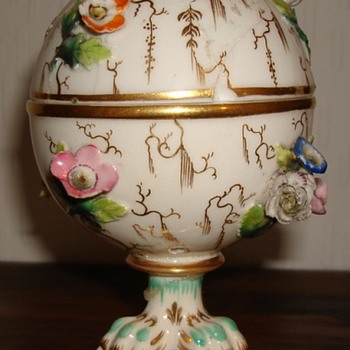 Coalport Coalbrookdale lidded pot with claw feet - Pottery