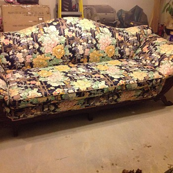 What is the brand of this ugly sofa?