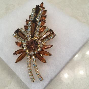 D & E KEYSTONE SET - Costume Jewelry