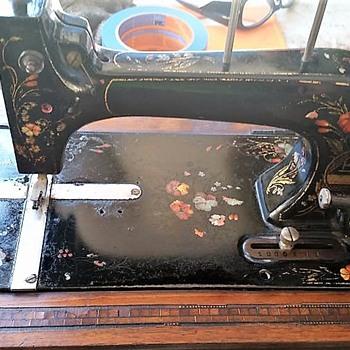 1920's L.O. Dietrich Vesta Hand Crank Hand-Painted Machine - Sewing