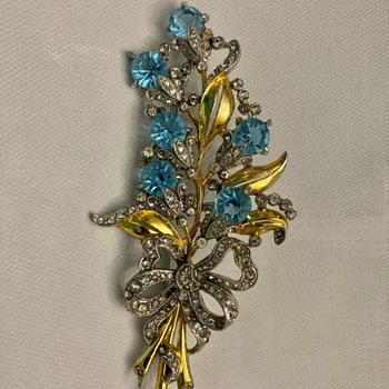 Pretty floral brooch - Costume Jewelry