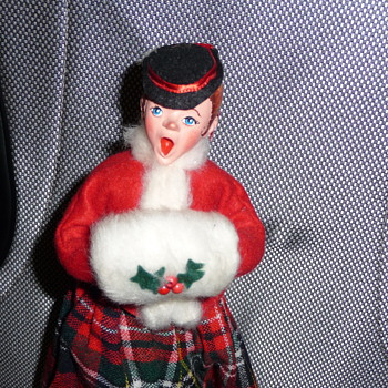 Simpich Doll Muff Lady Caroler - No Date?