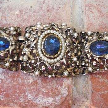 CHUNKY FAUX PEARL & BLUE RHINESTONE BRACELET - Costume Jewelry