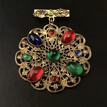 Pretty Cabochan brooch - Costume Jewelry