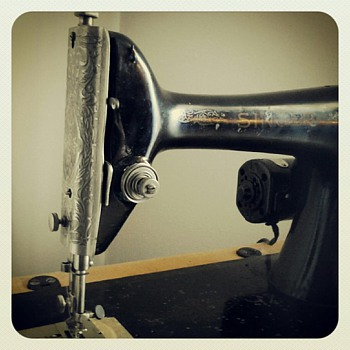 1926 Singer Sewing Machine (Portable) - Sewing