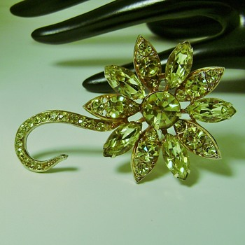 Vintage Weiss Flower Brooch - Costume Jewelry