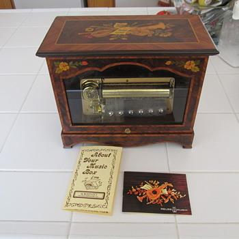 spectacular music box - Music Memorabilia