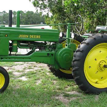 1951 B JOHN DEERE TRACTOR - Tractors
