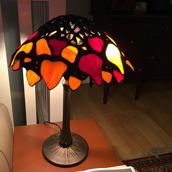 Tiffany style Boston ivy lamp with tree trunk base - Lamps