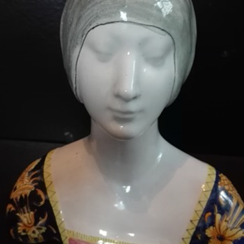 Head of a woman with great decorated clothes - Art Deco