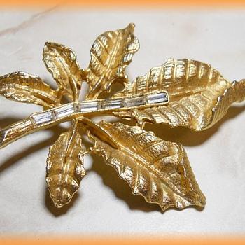 Vintage LEAF BROOCH ( Gold Tone ) with BAGUETTES - Costume Jewelry