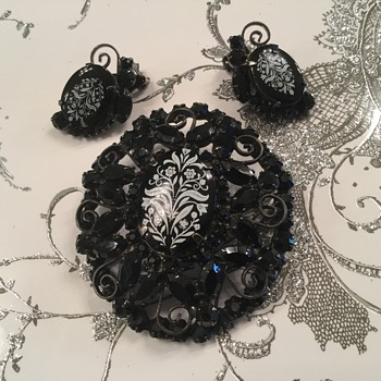 D & E FLORAL TRANSFER BROOCHES - Costume Jewelry