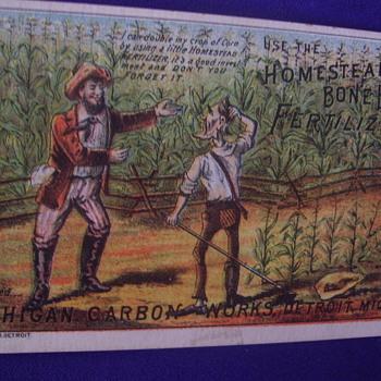 "Trade Card. ""HOMESTEAD BONE BLACK FERTILIZER"" OLD FARM RUBES IN CORNFIELD. - Cards"