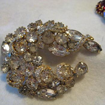 BEAUTIFUL BROOCH in Gold Tone Setting  - Costume Jewelry