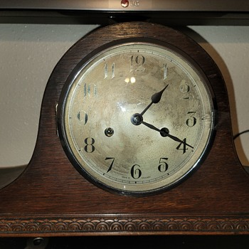 Mantel clock glass won't stay shut - Clocks