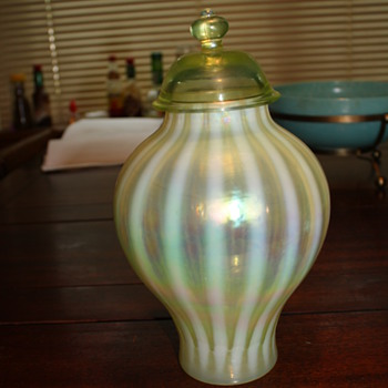 Pretty green vase - Art Glass