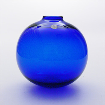 Cobalt blue ball vase, per Lütken (Holmegaard, 1966) - Art Glass