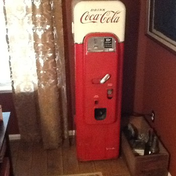 Vendo 44 Coca Cola machine. - Coca-Cola