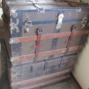 2 chests full of a 1/2 century of a large familys memorys - Furniture
