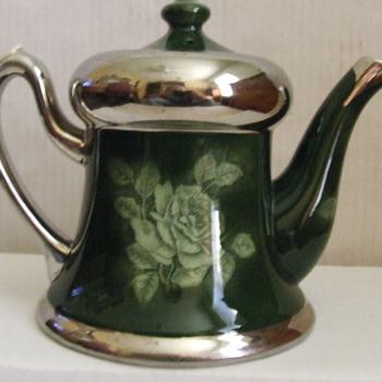 nice vintage tea pot in pristine condition. - Kitchen