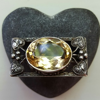 Shipton or German Arts and Crafts inspired citrine silver brooch. - Fine Jewelry