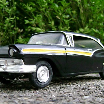 1957 Ford Fairlane Model Car - 1/24 Scale - Classic Cars