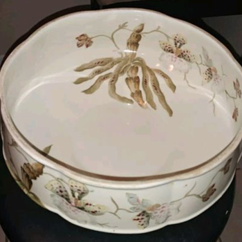 A bowl I want to learn more about that has me stumped. - China and Dinnerware