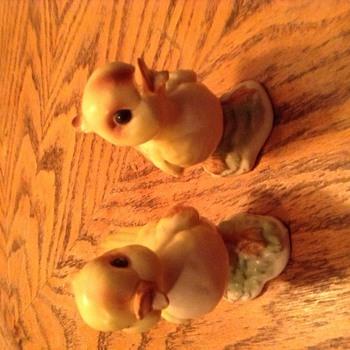 Vintage looking pair of chicks  - Figurines