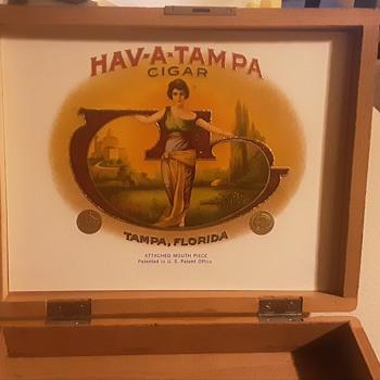 Wooden cigar box.  - Tobacciana