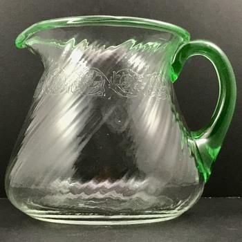 Loetz Beer Pitcher, kristall optisch schief gedreht mit grünen Henkel, PN II-8079/ 3 Pt, ca. 1911 - Art Glass