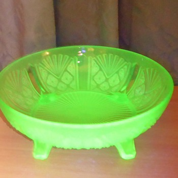 Davidson Uranium Glass Bowl - pattern 718
