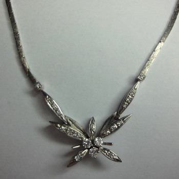 Flower 14K white gold necklace with diamonds