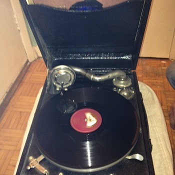 Suitcase crank record player - Electronics