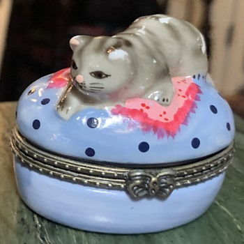 Kittie Bonboniere with Kitty Bonbons inside! - Pottery