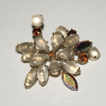 Unmarked Costume Brooch - Costume Jewelry