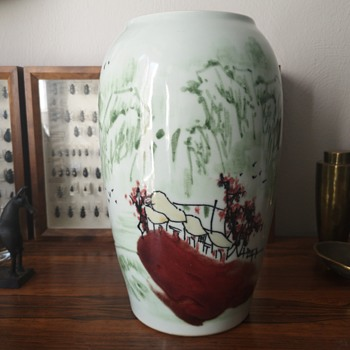 Chinese vase with unusual decoration..... Help needed - Asian