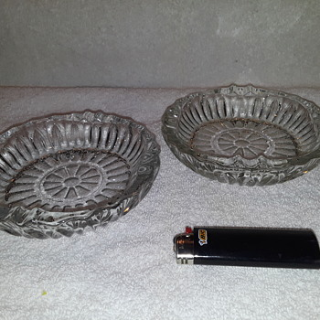 a pair of pressed glass ashtrays - Tobacciana