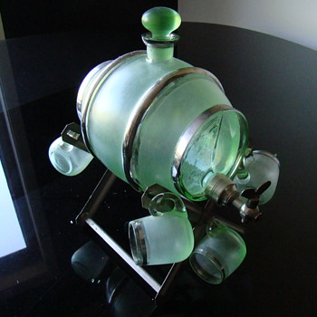 Barrel shaped liqueur decanter on aluminium trestle and 5 glasses - Art Glass