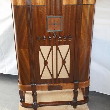 GE console model  M 106 - Radios