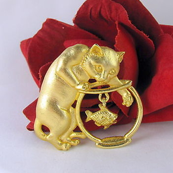 Gorgeous gold metal brooch - Cat paw in a fish bowl ! - Costume Jewelry