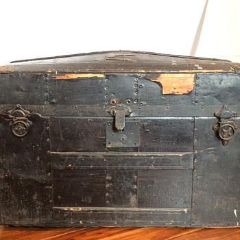 Barrel Top Trunk, Black - Furniture
