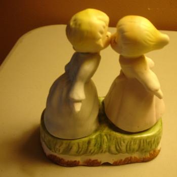2 GIRLS KISSING FIGURINE - Figurines