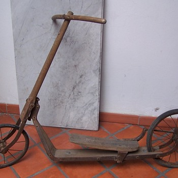WIPEROLLER SCOOTER, ON OAK, GERMANY BY WITKKOP, CIRCA 1920